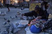 Charlie på sin faste plass utenfor Nasjonalteatret stasjon. Foto fra filmen.
