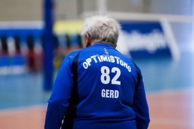 På optimistdrakten til Gerd Bergersen viser tallet at hun er 82 år. Foto: Dimitri Koutsomytis