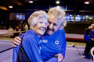 Goro Wergeland (89) og Lillemor Berthelsen (88) ler på trening. Foto: Dimitri Koutsomytis.