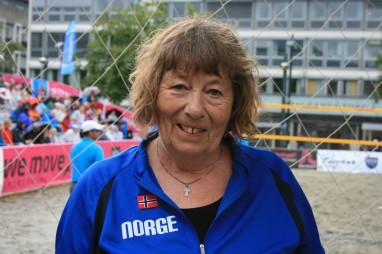 Birgit Myklebust (68) er opptatt av reglene og innfører 10 kroner i bor for å bokse ballen med knyttneven. Foto: Skofteland Film.