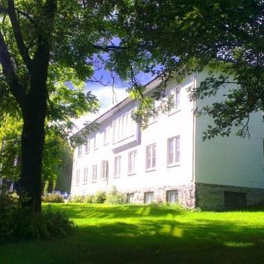 Skofteland Film holder til i den erverdige, gamle administrasjonsbygningen til Norcem sentralt i Slemmestad.