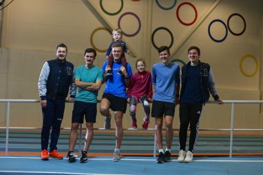 Kristoffer, Henrik, Filip, William (på skulderen), Ingrid, Jakob og Martin Ingebrigtsen