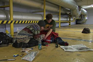 """Kent og Clas søker ofte ly i parkeringshus når de skal """"justere formen"""". Foto fra filmen."""