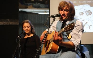 Charlie Storøygard på releaskonsert, Siri Nilsen korer.