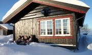 Familien Gilbo forna den nye hytta si. Foto Eirik Høyme Rogn.