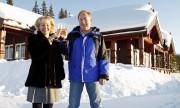 Elin og Terje Nikolaysen foran den nye hytta si. Foto Eirik Høyme Rogn.