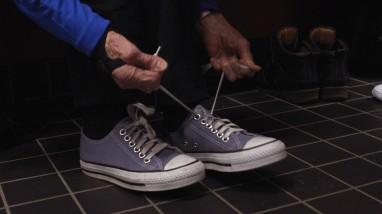 Goro knytter sine Converse sko