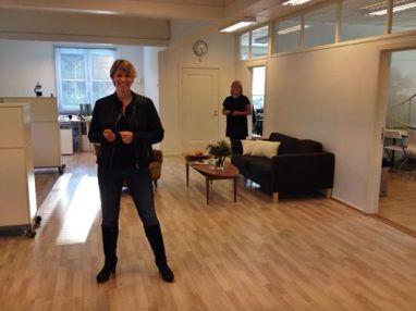 To produsenter på Skofteland film i lokalene våre i Slemmestad