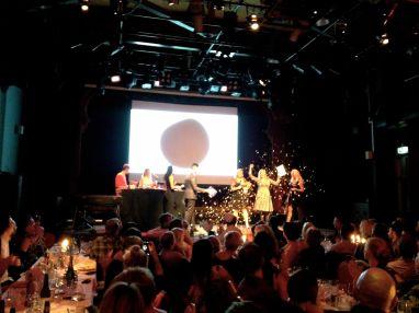 Regissør Gunhild Westhagen Magnor tar i mot prisen på gallamiddagen på Nordisk Panorama.